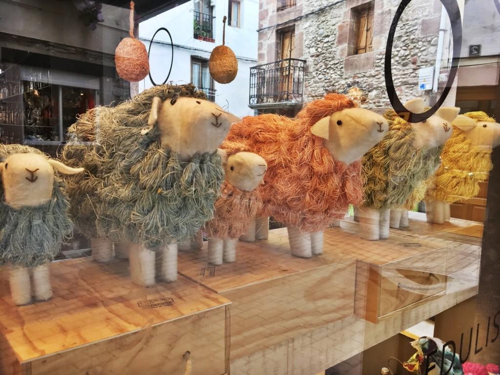 des moutons en vitrine
